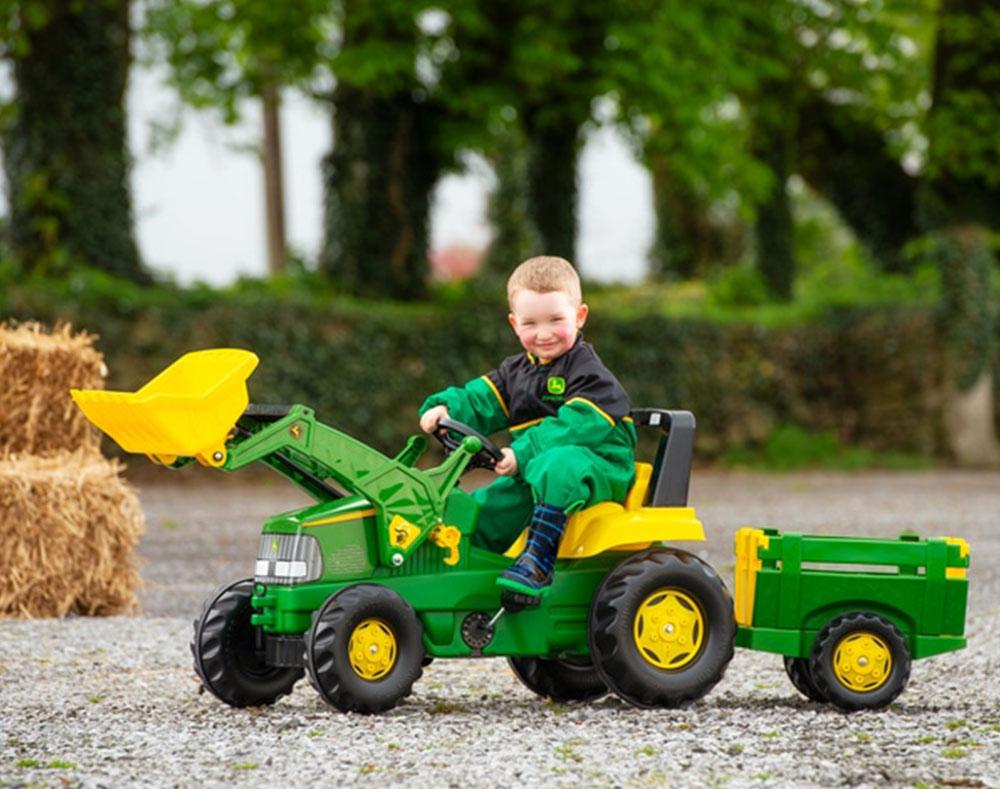 Pet razloga zašto je traktor na pedale uvijek savršen dar